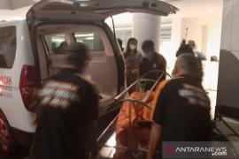 Polisi evakuasi jenazah seorang perempuan di Hotel di Cilandak