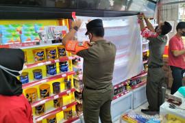 Poster dan pajangan produk rokok di seluruh toko Jakarta Barat ditutup