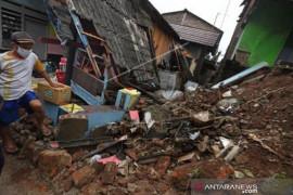 Rumah Roboh Akibat Angin Kencang Dan Hujan Lebat Di Banten Page 1 Small
