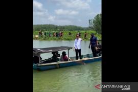 President takes impromptu boat ride during Cilacap visit