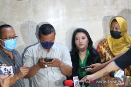 Wartawan mengatakan bahwa anak Nia Daniaty menggunakan nama Anies Baswedan