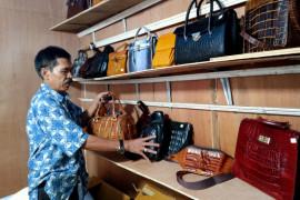 Kerajinan kulit buaya jadi pilihan suvenir unik kontingen PON XX Papua