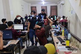 Polisi gerebek kantor sindikat pinjaman online  di Jakarta Barat