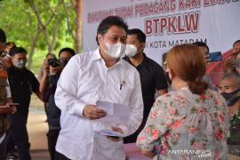 Airlangga: Penyaluran Bantuan Tunai PKL-Warung di NTB terbaik di RI