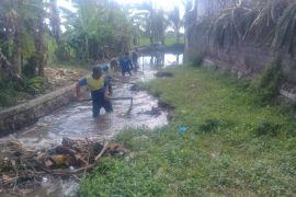 PUPR Mataram memasang jaring tangani sampah Sungai Jangkuk