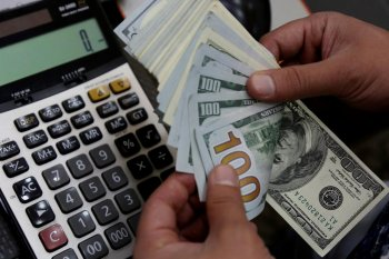 Dolar AS turun bukukan kerugian mingguan terburuk dalam satu dekade