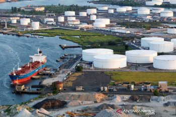 Harga minyak berakhir naik tipis setelah persediaan AS turun