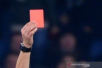 Aturan baru sepak bola: batuk bisa di kartu merah