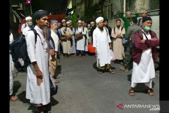 Ratusan jemaah Masjid Kebun Jeruk Jakbar dipindahkan ke RS Wisma Atlet