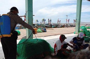 Penyemprotan disinfektan di kampung nelayan Lampung Timur