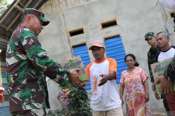 TNI SEMPROT DISINFEKTAN DI JALAN TRANS SULAWESI