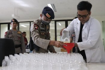 Unud - Polda Bali targetkan produksi 10.000 liter bio-hand sanitizer