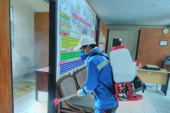 Distan Pandeglang lakukan penyemprotan disinfektan di Kantor Puskeswan