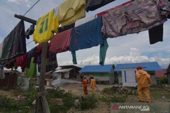 Disinfektan tenda pengungsi di Balaroa