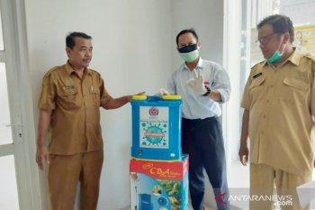 Indocement beri bantuan disinfektan untuk desa-desa di Bogor