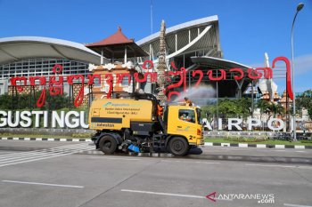 Komunitas Bandara Ngurah Rai lakukan disinfeksi di bandara