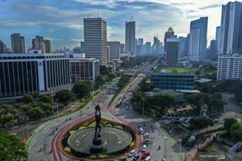 Langit biru Ibu Kota cukup menghibur di tengah kecemasan virus corona