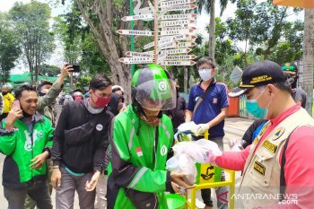 Kota Jambi bagikan 1.500 nasi bungkus untuk pekerja harian