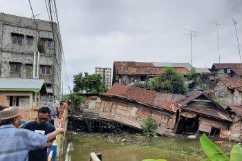 Rumah warga roboh akibat hujan deras
