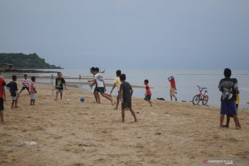 Bermain sepakbola di pantai