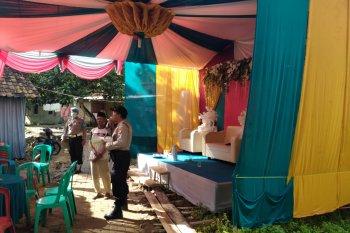 Polsek Cigeulis Pandeglang, Banten, bubarkan resepsi pernikahan cegah COVID-19