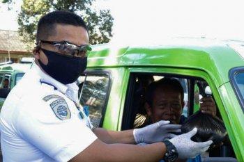 Dishub Kota Bogor bagikan masker kepada sopir angkot