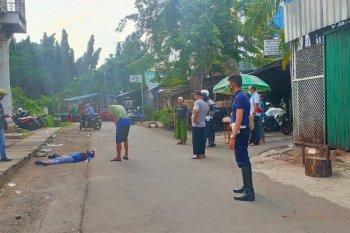 Petugas Dishub evakuasi  perempuan pingsan di bawah Halte TransJakarta