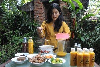 Warga Denpasar produksi Jamu Kunyit manfaatkan kerja dari rumah