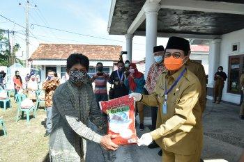 Gubernur bagikan 500 paket sembako dari PUSKUD ke masyarakat