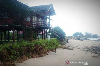 Akibat abrasi, fasilitas wisata Pantai Ujung Pandaran rusak