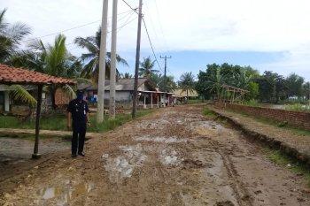 Jalan rusak berat, warga Muaragembong Bekasi minta pemerintah lakukan perbaikan