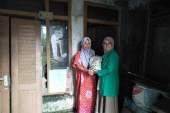 Fatayat NU Lebak bantu bahan pokok kepada warga miskin