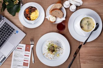 Waktu makan normal, perbanyak asupan saat santap siang