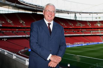 Ketua Arsenal Chips Keswick pensiun