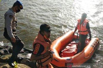 Korban tenggelam asal Desa Masjid mengapung di permukaan laut