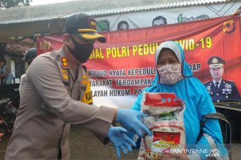 Polres Subang salurkan bantuan 2.000 paket beras ke warga terdampak COVID-19