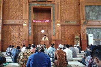 Sejumlah warga Depok bersyukur bisa menunaikan Shalat Jumat di masjid lagi