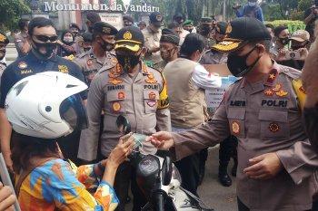 Kurangi penyebaran corona, Polda Jatim bagikan 100 ribu masker ke pengendara di Sidoarjo