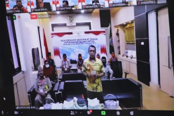Menteri ATR Sofyan Djalil serahkan 2.971 sertifikat untuk warga SBT dan Buru