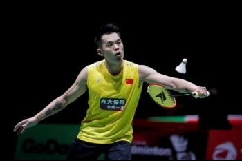 Juara olimpiade dua kali asal China Lin Dan gantung raket