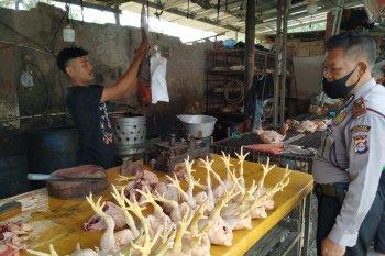 Pengunjung dan pedagang di Pasar Karangantu diedukasi cegah corona oleh polisi