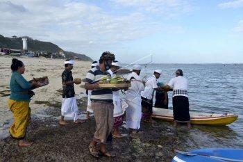 Persembahyangan jelang pembukaan obyek wisata Bali
