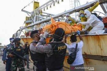 Petugas evakuasi jenazah ABK Indonesia di kapal ikan berbendera China