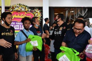 Ketua MPR , Bamsoet bagikan 250 paket sembako ke komunitas seniman jalanan