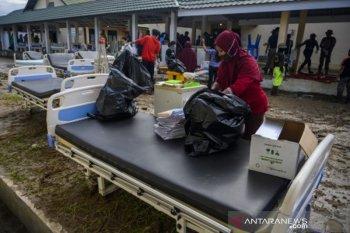 Petugas amankan barang-barang RSUD Torabelo dari genangan banjir