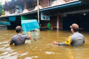 Kapolres Sintang serahkan bantuan untuk warga Kayan Hilir