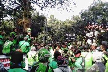 Ribuan ojol gelar aksi di depan Balai Kota Bandung