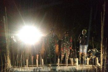 Dansatgas TMMD tinjau pembangunan jembatan ditengah turunya hujan