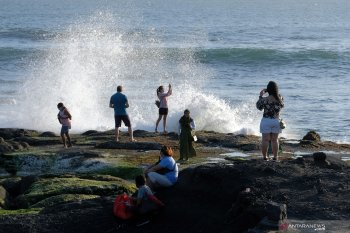 Tanah Lot Tabanan-Bali ramai dikunjungi wisatawan saat libur Idul Adha (video)