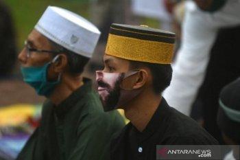 Melindungi diri saat shalat Idul Adha di lapangan Vatulemo